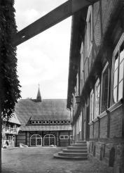 Innenhof mit Blick auf die Scheunenkapelle der Abtei