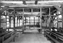 Scheunenkapelle mit Bllick auf den Altar aus Findlingen