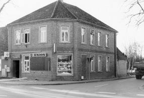 """-10- Lebensmittelladen und Gastwirtschaft Wulf, auf diesem Grundstück befindet sich heute der Parkplatz und das Geschäft """"Mann und Mode"""""""