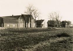 -19- von links: Seelhorst Paul, Haus und Werkstatt, B. Bohlen, J. Hörstmann, Lieschen Schriewers, heute Eschweg