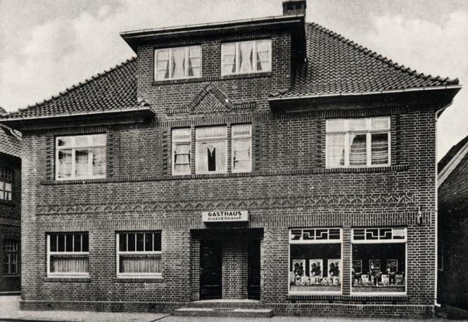"""-181- Geschäftshaus Haverkamp, Lebensmittel, Drogerie, Gastwirtschaft Ursprünglich Mäkel (genannt"""" Lüttke Daovid""""). Um 1900 ohne Erben gestorben, der Besitz wurde an seiner Schwester, Lehrerswitwe Paula Haverkamp, vermacht. 1932 wurde dieses Gebäude gebaut."""