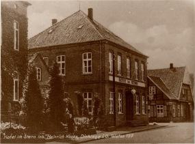 -43- Blickrichtung Westen - An der Einmündung der Clemens-August-Straße steht das Hotel im Stern. Hier baute die Familie Ostendorf im 19. Jh. das erste Hotel in Dinklage.