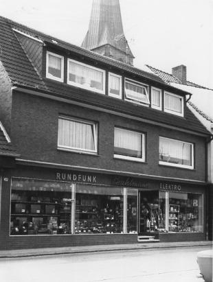 -83- zu späterer Zeit folgte dann Radio Bahlmann, und heute wieder der Fahrradhandel von Jörg Kamphaus.