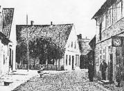 """-3- Blick von der Langen Straße Richtung Markt auf Wohnhaus der Geschwister Kalvelage, später F.-J. Bahlmann. Vor dem Haus links die Einmündung der Rombergstraße, rechts daneben, noch gerade zu erkennen ist """"Weiß sin Stall"""", später """"Horns Pietze"""". Aufnahme vor 1909"""