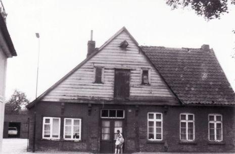 -110- Wo heute die Ostendorfstraße die Lange Straße durchschneidet, stand das alte Haus Gröne, später Schönhöft.