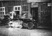 -89- erste Werkstatt von Carl Bellersen im Hause von A. Bahlmann, später Wittrock, heute Eisdiele Venezia De Martin. Im Wagen A. Bahlmann und Frau.