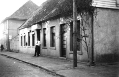 -52- Am Markt 4, Arnold Bahlmann (Timpen Ornd) betrieb hier eine Gaststätte und seine Frau Adele, geborene Buschmann ein Putzgeschäft.