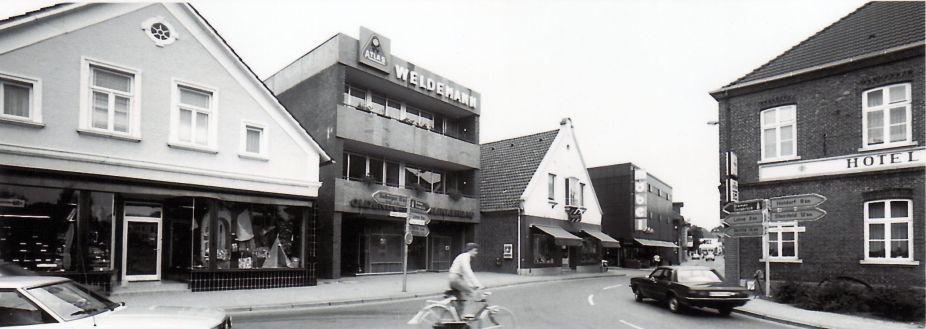 -204- Kreuzung Lange Straße und Clemens-August-Straße. Durch die Aufnahme mit einem Weitwinkelobjektiv erscheint das Haus Schmitz breiter als es ist.
