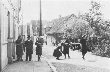 -72- Fröhliche Hochzeitsgäste auf der Burgstraße, damalige Wipperstraße, 1935. v.l. Gertrud Wittrock (Nordmann Visbek), Emil Tepe und seine Frau Anna, geb. Wittrock, ganz rechts Theresia Wittrock (Pohlmann Nellinghof)