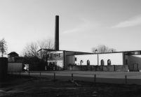 """-30- Beginn der Ostseite. Blick von der Clemens-August Straße auf die Werkhallen der ehemaligen Firma Van Der Wal, heute """"Möbel Power"""" Schewe. Aufnahme 2000"""