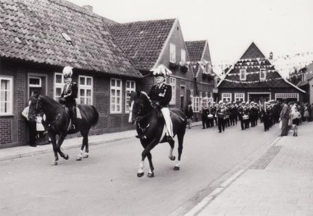 """-3- beginnend auf der Ostseite der Clemens-August-Straße: Die Einmündung aus der Clemens-August Straße mit Blick auf Nietfeld und das Haus Blömer, genannt """"Pöttken Willi"""". Vermutlich 1964 aufgenommen."""