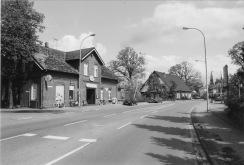 """-42- Haus Kaiser mit Bäckerladen und Gaststätte """"Zapfhahn"""", Aufnahme 1991, link davor die Einmündung zur """"Alten Hörst"""""""