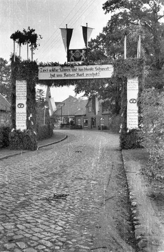 -44- Gesellenbundesfest Juni 1952, Blickrichtung Süden, rechts Gaststätte und Lebensmittel Willenborg (Stüve), dahinter Wulf.