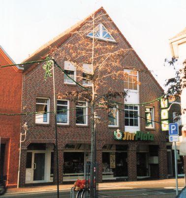 -144- Haus W. + J. Diekmann, Kolonialwarenhandlung und Bäckerei, später Ihr Platz, später Schlecker
