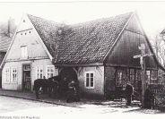 -93- Heinrich Fette aus Löningen baute hier seine Schmiede, später ging das Anwesen an Josef Wienholt. Danach an Schewe verkauft. Die Schmiede wurde ca. 2003 abgerissen, das Wohnhaus renoviert und beherbergt heute das Bestattungsgeschäft R. Lemke