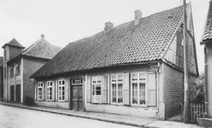 -60- Dasselbe Haus in Blickrichtung Süd mit dem angrenzenden ehemaligen Spritzenhaus der Gemeinde, in dem sich auch die Arrestzelle von Dinklage befand.