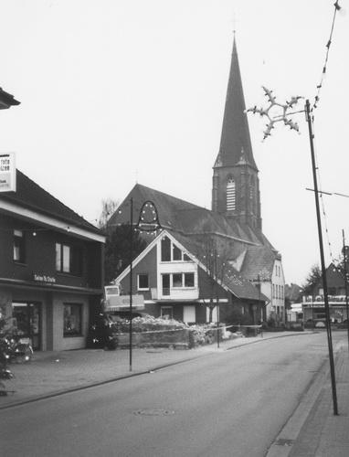 -62- Später übernahm Theo Stolle und errichtete hier ab 1974 sein Wohnhaus. Im Hintergrund die Vikarie. Aufnahme 1995