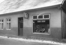 """-61- In den 30er Jahren war die linke Haushälfte von """"Goldschieds Marie"""" bewohnt, die mit Einern handelte. Die rechte Seite wurde ab 1934 als Gemeindebüro genutzt. Der nächste Besitzer war bis 1966 Emil Meyke, danach Theo Stolle."""