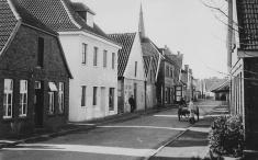 -87- 3. Haus v.l., Georg und Josefa Heimann betrieben auf der Burgstraße Wipperstr.) einen Malerbetrieb. Das Wohnhaus wurde 1952 umgebaut und vergrößert. 2. Haus v.l., Wohnhaus von Heinrich und Anna Seeger