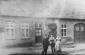 -100- Haus Hilgefort um 1900, seit dem Jahr 1729 hat man auf diesem Haus keinen Besitzerwechsel zu verzeichnen. Die alte Dinklager Mädchenschule wurde von Hilgefort gekauft, abgebrochen und an dieser Stelle wiede aufgebaut. Er betrieb hier eine Schlosserei, später siedelte der Betrieb an die Sanderstraße um.
