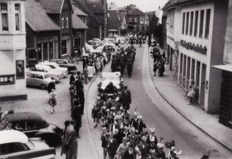 """-20- Blickrichtung Westen - auf der linken Seite Schuhaus Evers. Der spätere Beiname """"Heinberger"""" entstand nach der meistverkauften Schuhmarke."""