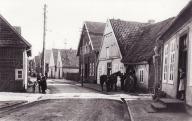-92- die Häuser rechts hinter dem Leitungspfahl Assmann/Wehebrink, Beiderhase, (Haus und Garten noch unbekannt) Bahlmann, Fette mit Schmiede, Stüve