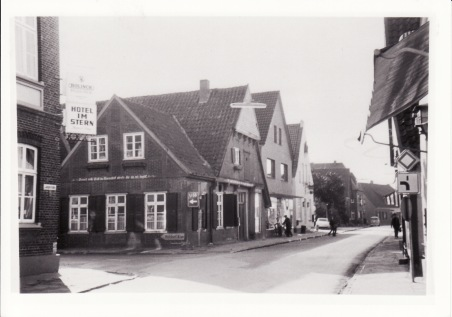 -57- Blickrichtung Westen - Vorbesitzer des Gasthauses Assmann waren Wulf und Nietfeld. In den Nachkriegsjahren waren Heinrich Wehebrink und Reinecker Gastwirte und Lebensmittelhändler.