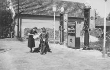 -33- 1954 erbaute hier der Sohn Bernard eine Autoreperaturwerkstatt mit einer Esso -Station.