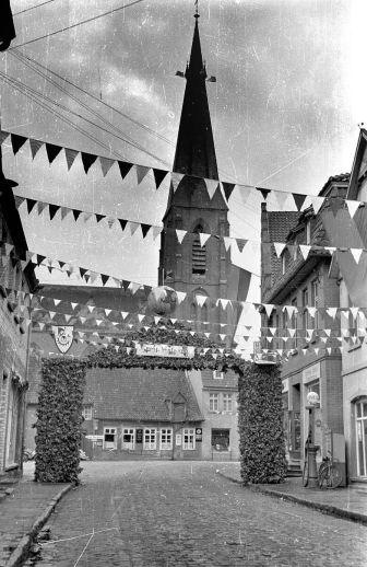 -20- Blick auf den alten Marktplatz. Das Haus rechts mit der Eingangstreppe ist heute Gören Imbiss. Anlass: Kolpingtag 1952
