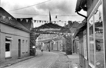 Gesellenbundesfest Juni 1952, Blickrichtung Osten, links Haus Schlachter Merz, 2. Haus rechts alte Vikarie, nächstes Haus Diekmann.