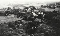 -17- Noch bis zum Beginn der 70er Jahre waren die Flächen zwischen Kirche, Kaplanei und Krankenhaus unbebaut. Kleine Gärten prägten das Bild am Kösters Gang, der damals noch ein Fußweg war. Dieser Blick vom Kirchturm dürfte in den 20/30er Jahren entstanden sein.