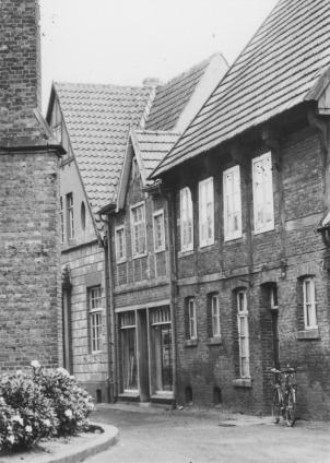 -9- die Fortsetzung der Häuserreihe auf der Ostseite der Kirchhofes um 1959