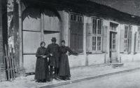 -185- Geschwister Laura, Liese und Clemens Koch vor ihrem Haus.