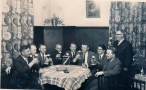 -74- Stammtisch mit Dinklager Originalen: Wessels Franz-Josef, ?, Kellners Gottfried, Fahrlehrer Heinz Fortmann, Blettrups Jupp, Karl-Heinz Mehls, ?, Wirt Schlehmann ?