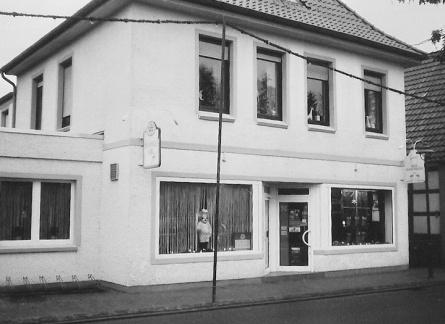 -75- Käthe Meyer heiratete später den Bäckermeister Arnold Konerding und führte das Geschäft nach dessen Tod weiter, bis Sohn Thomas übernahm.