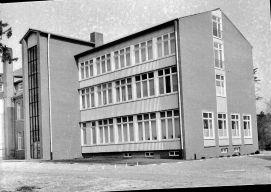 -24- Neuer Krankenhaustrakt, Ansicht vom Innenhof, links das Treppenhaus. (1960)