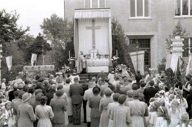 -23- Fronleichnahmsprozession, Altar beim Krankenhaus, auf dem Altar Kaplan Haskamp. 12. Juni 1952