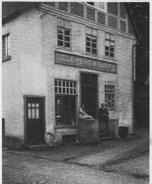 -3- Haus Tempel Niemann am Kirchhof, in dem von ca. 1930 bis 1940 Eisen-Krapp sein Geschäft hatte. Das Bild zeigt die nördlliche Hausfront mit dem Durchgang zum Kirchplatz
