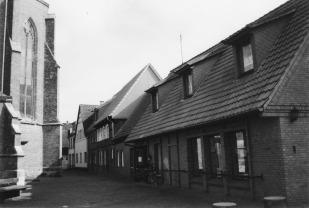 -11- Diese Häuser stehen auf der Ostseite des Kirchhofs, der Rückseite der Kirche St. Catharina, mit der heutigen Bücherei