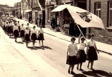 -196- von rechts beginnend haus Grote, daneben die kleine Einmündung der Gartenstraße, Bäckerei Keuzmann, Blömer (Pöttken Willi)