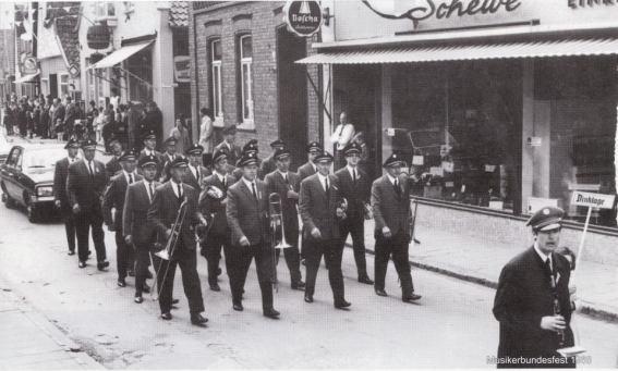 -189- An der Stelle des Hauses Koch, das 1927 abgebrochen wurde, das Möbelhaus Schewe, links daneben das Haus Grote, die Einmündung der Gartenstraße, Bäckerei und Café Kreutzmann