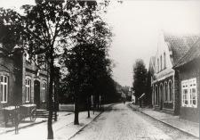 -176- rechts Gaststätte, Bäckerei und Lebensmittelgeschäft Franz Mäkel, linke Seite Postamt