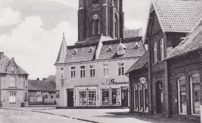 -14- die alte Küsterei, später Schuhaus Evers, später Strothmann. Im rechten Teil des Hauses später Foto Hölzen.