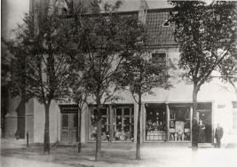 -13- Haus Schuhmacher linke Hälfte Johann Schade/Hüte