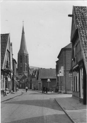 -58- Das Geschäftshaus Wehebrink wurde in den 70er Jahren für den Kreuzungsausbau abgerissen, links Beiderhase (Pöttken Willi)