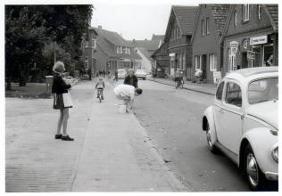 """-228- rechts erkennbar das Haus Schewe mit dem Geschäft von """"Schnaps Wilma"""""""