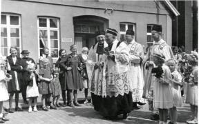-162- Prozession vor dem Haus Kathmann & Beimohr
