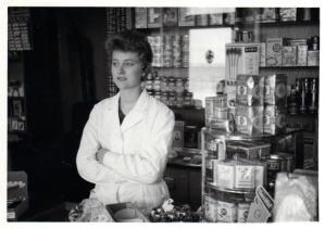 """-10- Drogerie Gier, die nette Dame ist Margreth Boos (geb. Wehry), Beiname damals """"Bäkens Püppi"""". Dürfte Anfang 60er Jahre sein."""