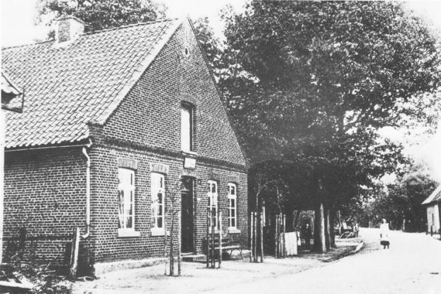 -45- In den Jahren 1861 - 1886 war Herr Tönniens Besitzer des nächsten Hauses, Er war Samenhändler. 1890 heiratete die Tochter einen Herrn Hergemöller. Deren Tochter heiratete 1894 den Herrn Ernst Wilhelm Luers, der aus Osnabrück stammte.