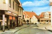 -2- Blick vom Beginn der Straße Am Markt, Bahlmann am linken Bildrand und Horns Pietze, auf die gegenüber liegende Häuserzeile